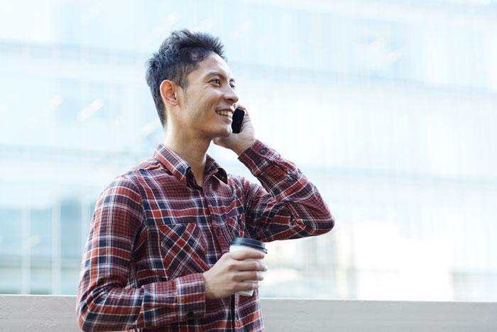 電話で会話中の若い男性