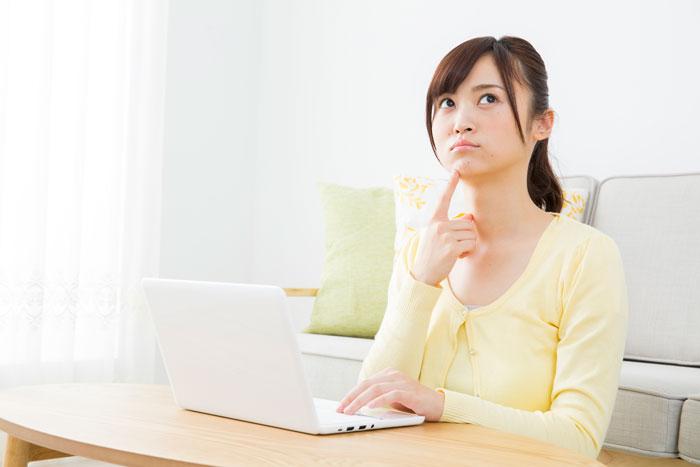 自宅で転職を検討中の女性