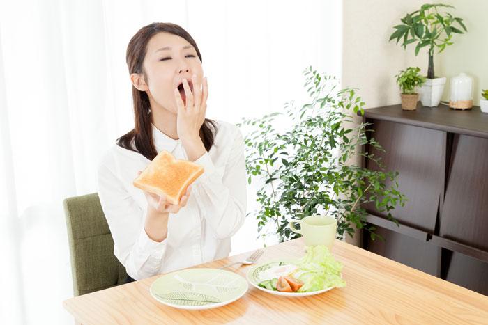 大あくびをしている女性