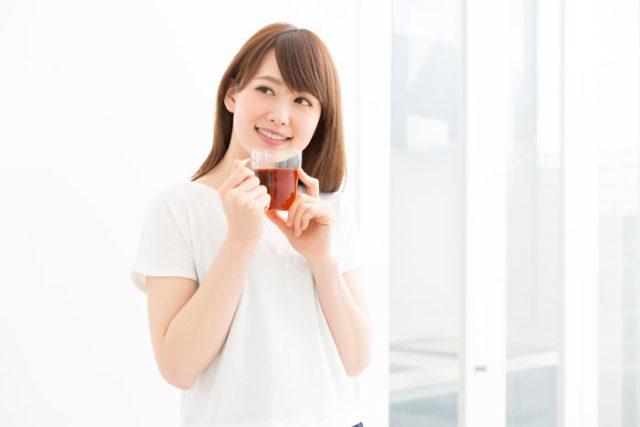 会社をさぼって紅茶を飲んでいる女性