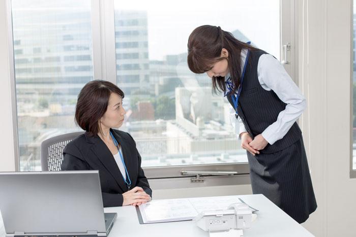 女性の上司に怒られる事務スタッフ