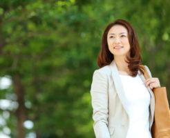 遠くを見つめる社会人の女性