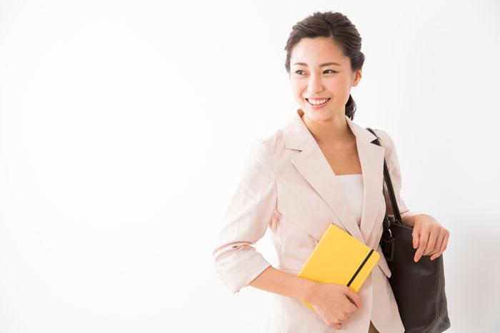 営業職として働くスーツ姿の女性