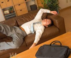 ベッドに倒れ込んでいる男性