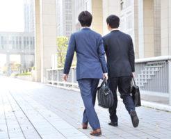 上司と一緒に外出中の男性