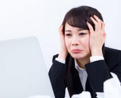 パソコンの前で泣きそうになっている女性