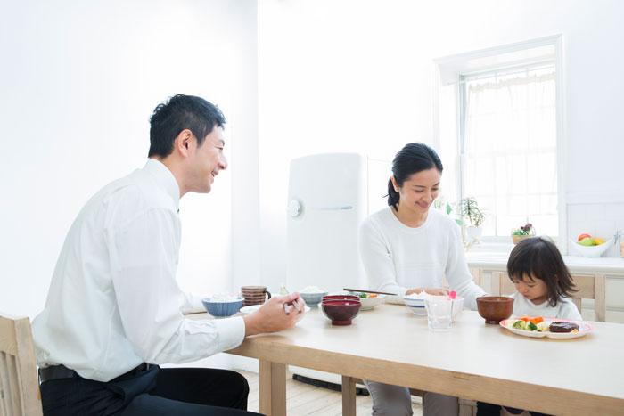 3人の家族で朝食中