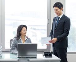 女性上司と会話中の中年男性