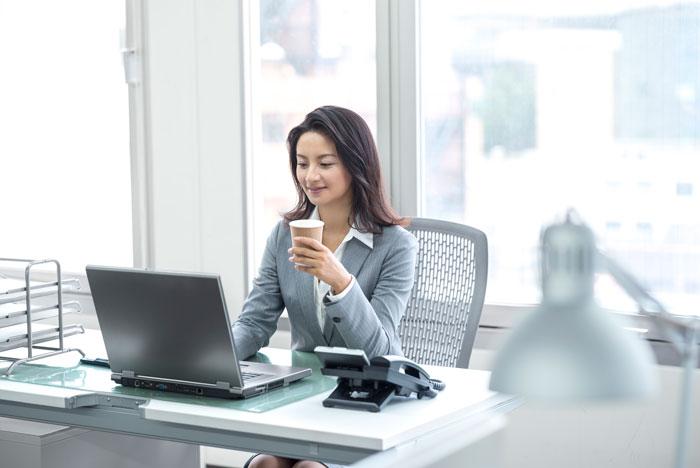 転職先を探している女性