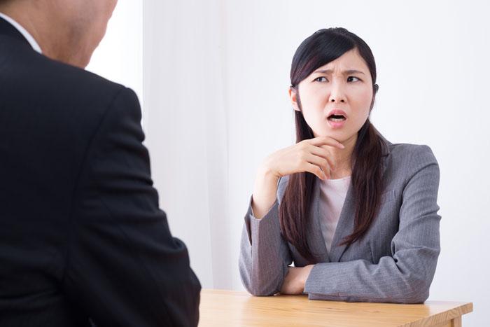 性格が悪すぎる上司に叱られている男性