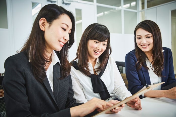 楽しそうに仕事中の女性たち
