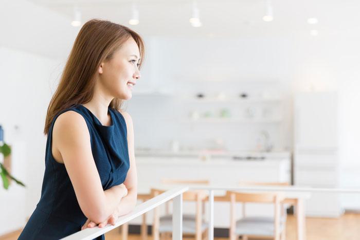 遠くを見つめる転職に成功した女性
