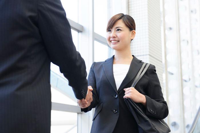 握手を交わすスーツ姿の女性