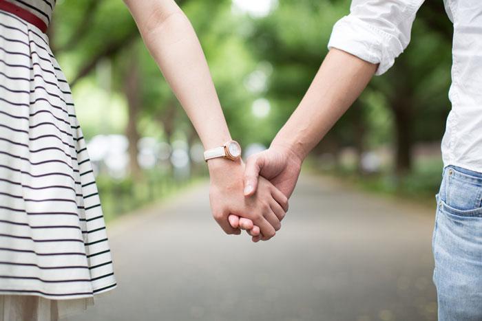 手をかたくつなぐ恋人