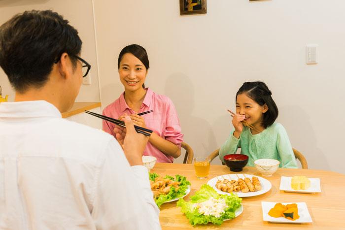仲良く食事中の家族