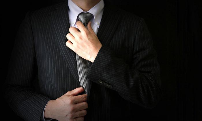 スーツを着こなす男性