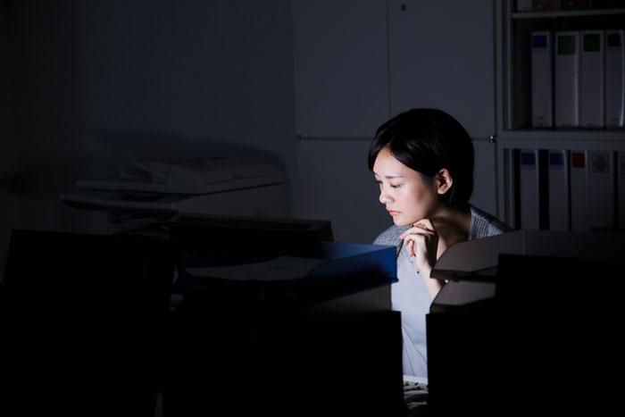 夜中まで残業中の女性