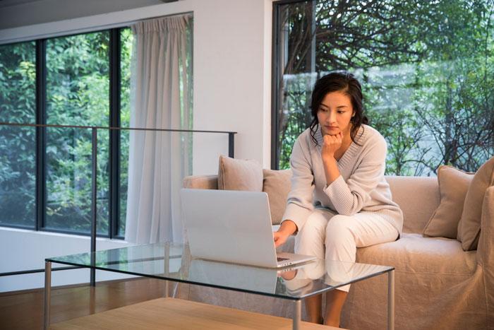 転職活動に不安を感じている30代女性