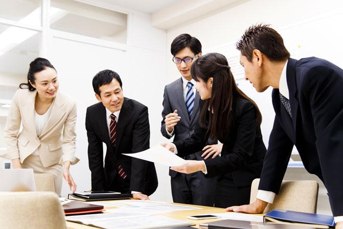 会議室で打ち合わせ中の人たち
