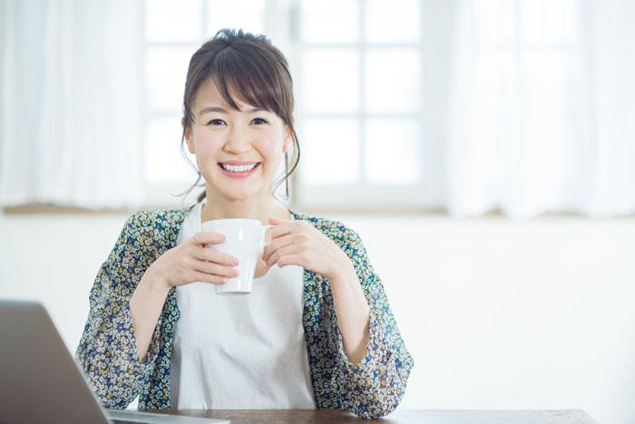 自宅でコーヒーを飲んでいる女性
