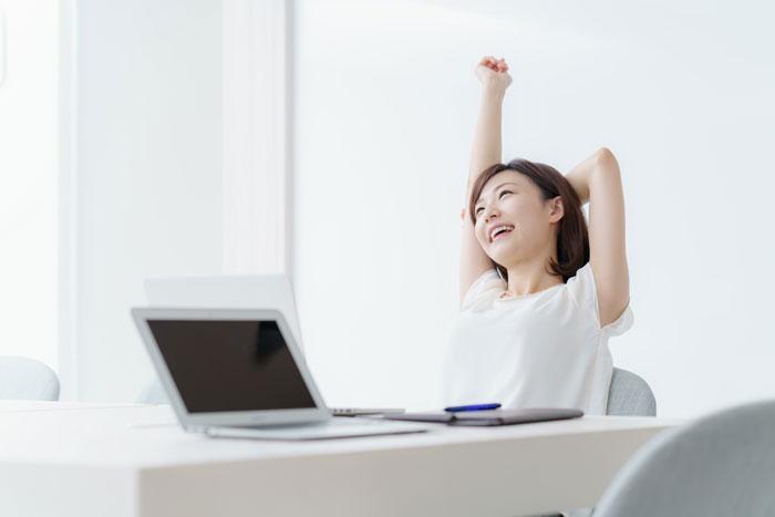 ストレスから解放されて喜んでいる女性