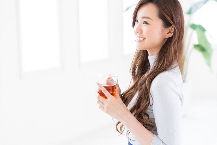 自宅でお茶を飲んでいる女性