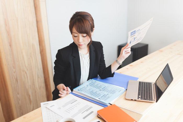 会社で事務作業中の女性