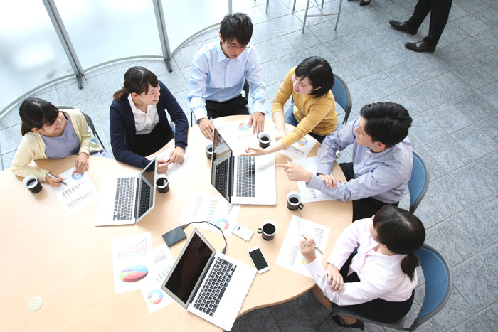 オフィスで会議中の男女