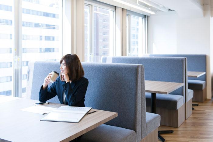 カフェで資格の勉強をしている女性