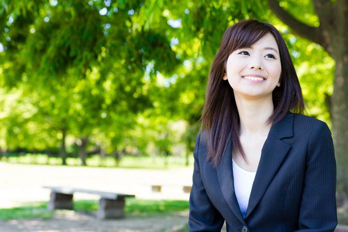 公園で休憩中の若い女性
