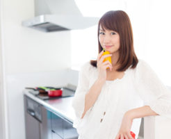 キッチンで考え事をしている女性