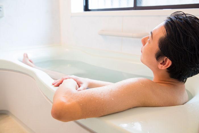 お風呂に入っている男性