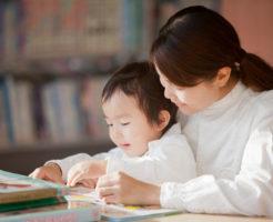 子供と絵本を読んでいる母親
