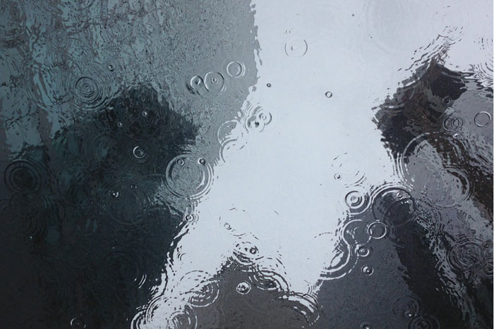 雨に濡れるオフィス街
